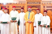 HM King Mohammed VI, Commander of the Faithful, hands in Sale Assalam mosque the Mohammed VI Award for graduates of the National anti-illiteracy program in mosques, in its male category, for the year 2017-2018